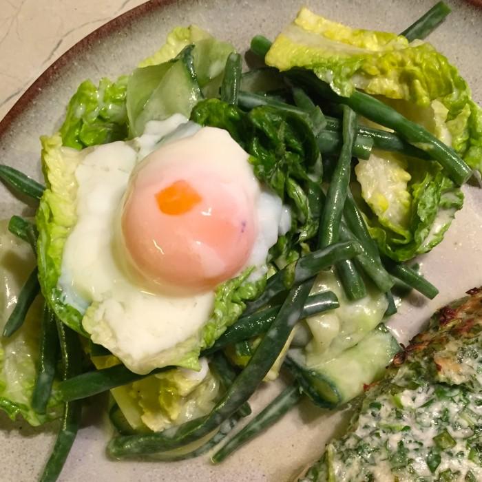 Fisolen-Gurken-Salat-mit-Onsen-Ei