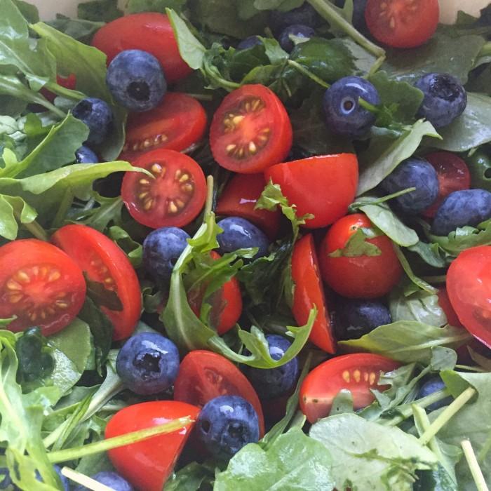 Beiried-vom-Grill-mit-einem-fruchtig-cremigem-Paradeis-Heidelbeer-Salat-3