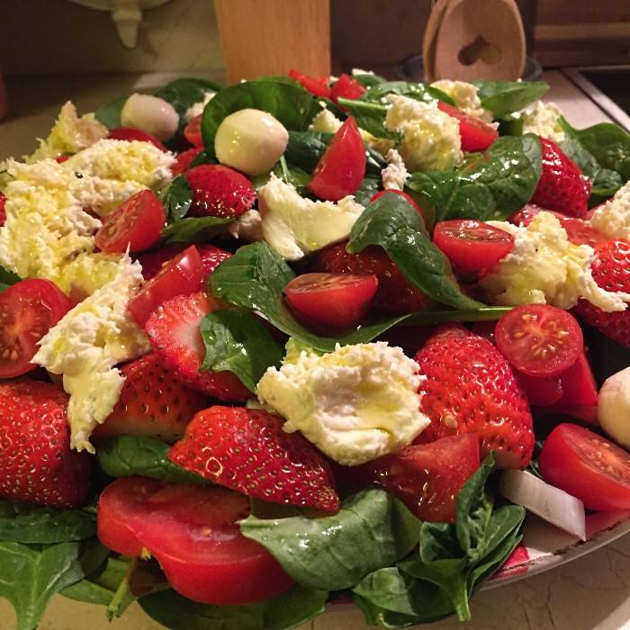 Salat-mit-Mozzarella-und-Erdbeeren-1