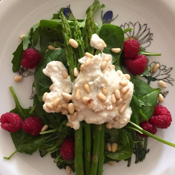 Spargel-Spinat-Salat-mit-honigglasiertem-Ziegenkäse-Pinienkernen-und Himbeeren-2
