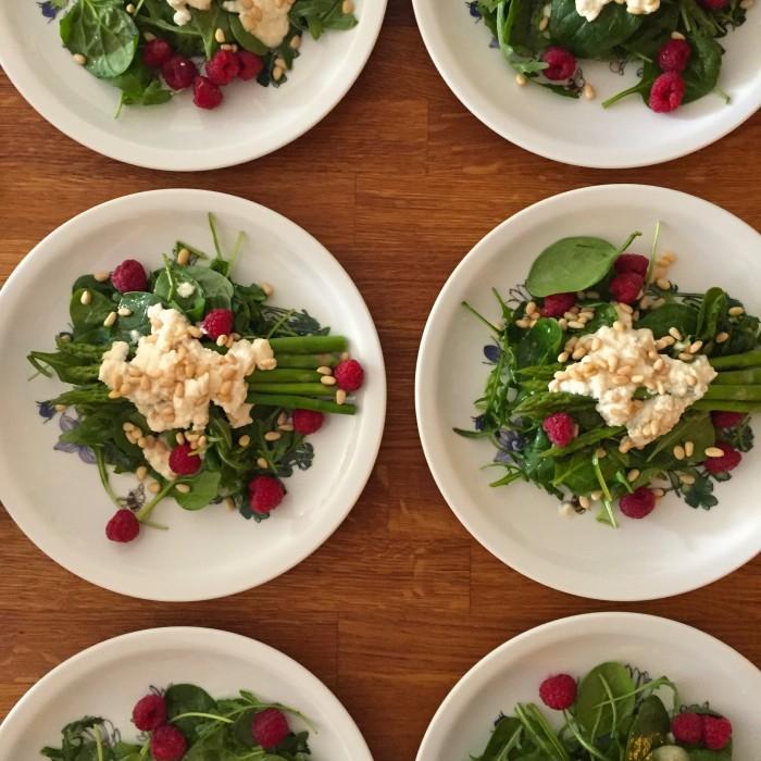 Spargel-Spinat-Salat-mit-honigglasiertem-Ziegenkäse-Pinienkernen-und Himbeeren-1