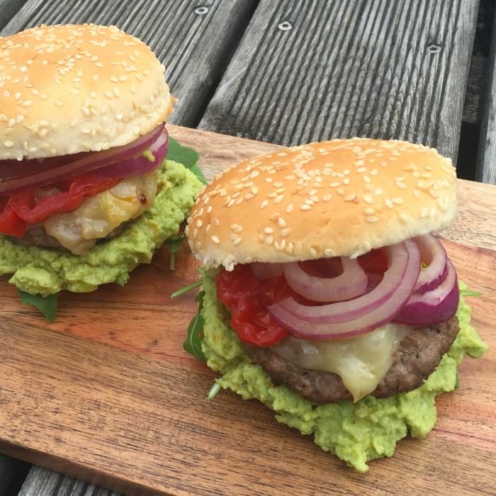 Cheddarcheese-Burger-mit-Guacamole-1