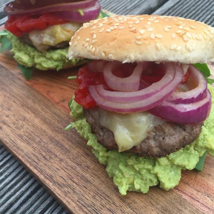 Cheddarcheese-Burger-mit-Guacamole-2