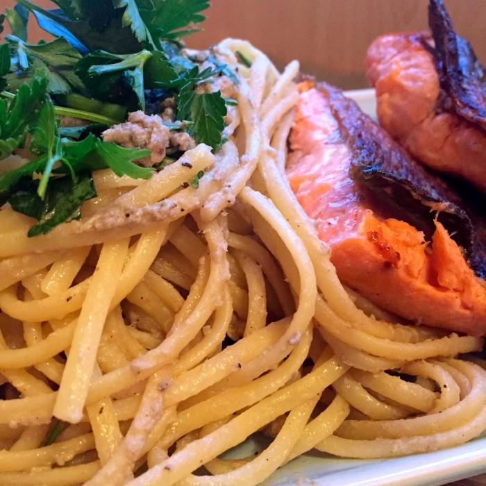 Lachsforellenfilet-an-Pasta-aglio-e-olio-mit-frischen-Ölsardinen-1