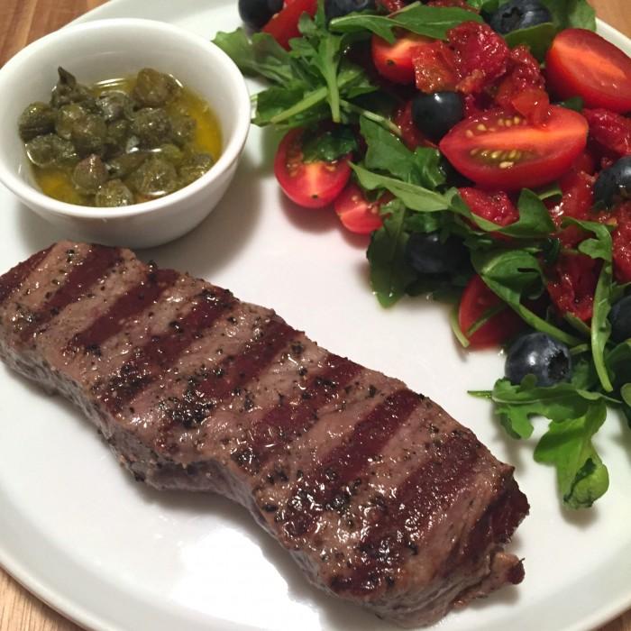 Beiried-vom-Grill-mit-einem-fruchtig-cremigem-Paradeis-Heidelbeer-Salat-1