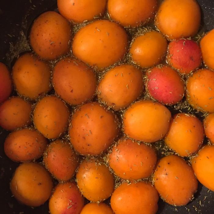 Flammkuchen-mit-karamellisierten-Marillen-Ziegenkäse-und-krossem-Schwarzwälder-Schinken-3