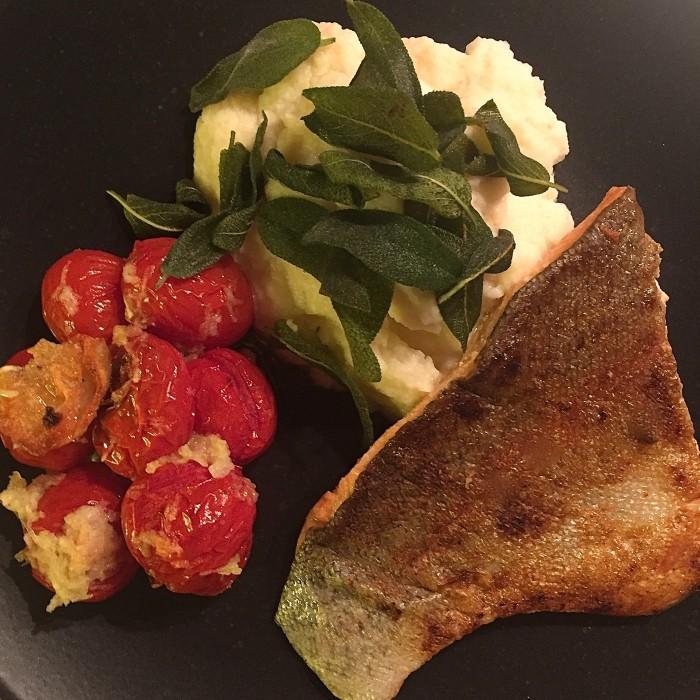 Lachsforellenfilet-Selleriepüree-mit-frittiertem-Salbei-und-Ofenparadeiser-1